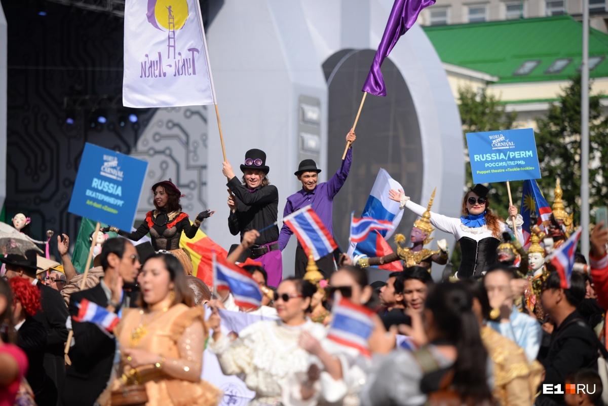 Участники карнавала прошли по проспекту Ленина, а потом разыгрывали представления в Историческом сквере