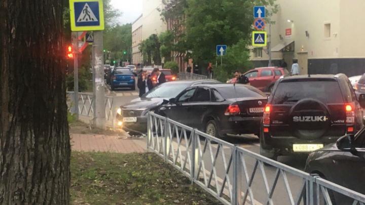 Из-за двух иномарок на оживлённом перекрёстке Ярославля образовалась пробка