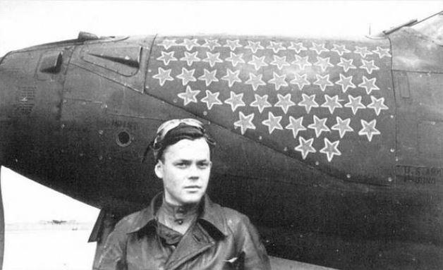 Речкалов на фоне своего самолёта «Аэрокобра»