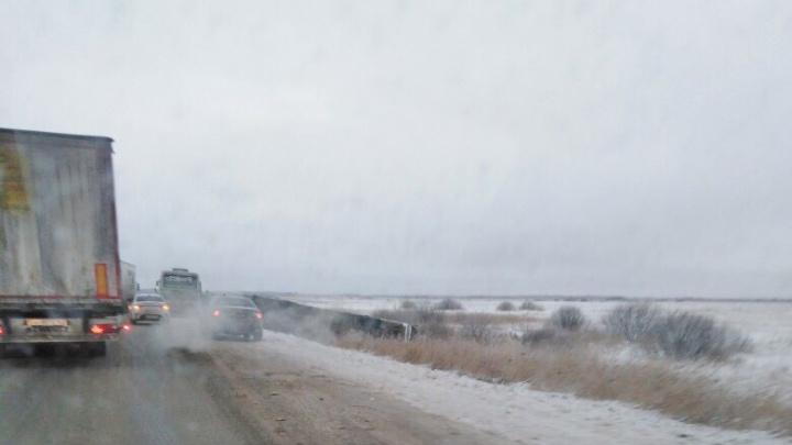 Рейсовый автобус до Казахстана опрокинулся в кювет после аварии на трассе