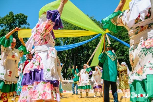 Хоровод с лентами — один из самых ярких моментов праздника
