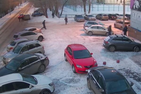 В левом верхнем углу стоят две аварийные машины, но хорошо видно, что никакого ДТП на самом деле не было
