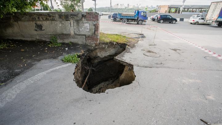 Фото: около метро «Речной вокзал» разверзлась огромная яма