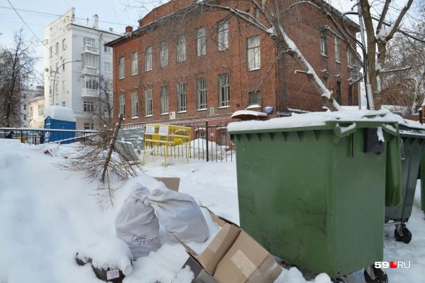 Платить жители могут кому хотят, а вот мусор выкидывать должны в бак, а не мимо