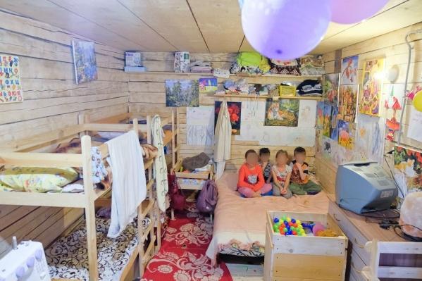 Домик, где живут Гришины, не подходит для того, чтобы там почти круглосуточно находились дети. Здесь тесно и холодно