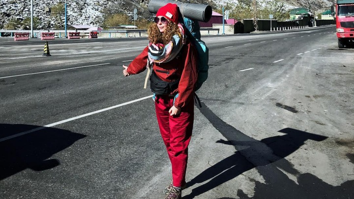 Будь энергичным, но не носи одежду с декольте: правила автостопа от пары, уехавшей в кругосветку