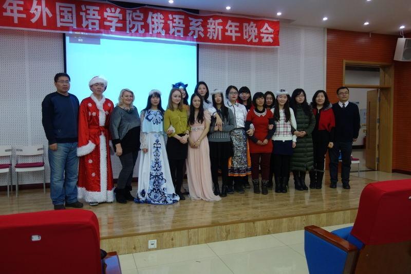 Марина (пятая слева)в актовом зале университета с преподавателями кафедры русского языка и студентами, участвовавшими в новогоднем спектакле «Красная шапочка»