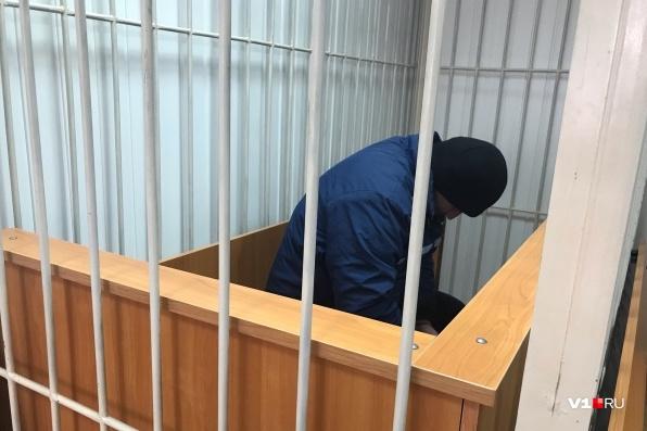 35-летний мужчина прятал лицо от камер