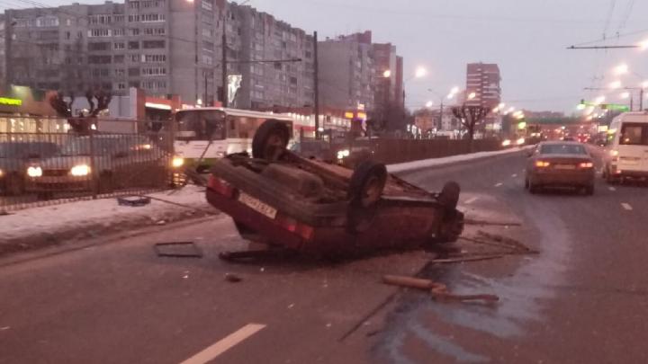 Устроили ДТП и сбежали: в аварии с перевернутой машиной на Московском проспекте пострадала девушка