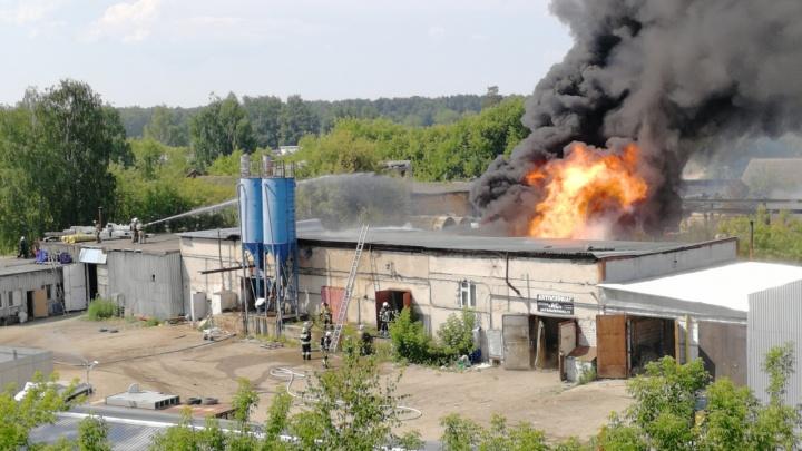 Пожар на пермском заводе «Нефтехимик». Эксперты выясняют, почему вспыхнули бочки с горючей жидкостью