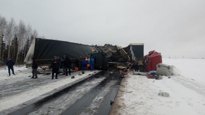 Трасса Пермь — Екатеринбург заблокирована из-за столкновения двух большегрузов: объезд через Кунгур