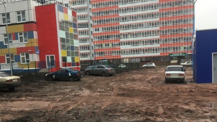 Жители Белых Рос пожаловались на месиво грязи около нового детского сада