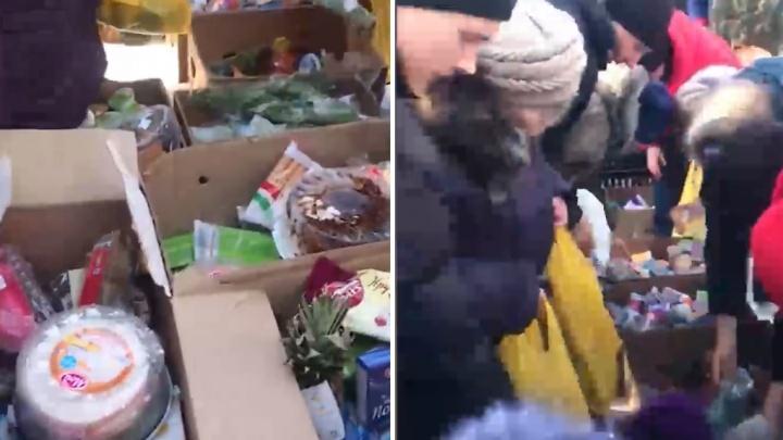 Жители села в Омской области выстраиваются в очереди за просрочкой из городских супермаркетов