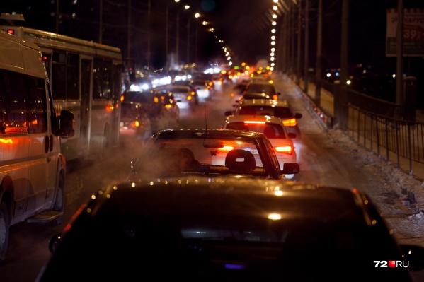 Пользуясь ситуацией, службы такси в миг взвинтили цены в несколько раз, что очень не понравилось пассажирам