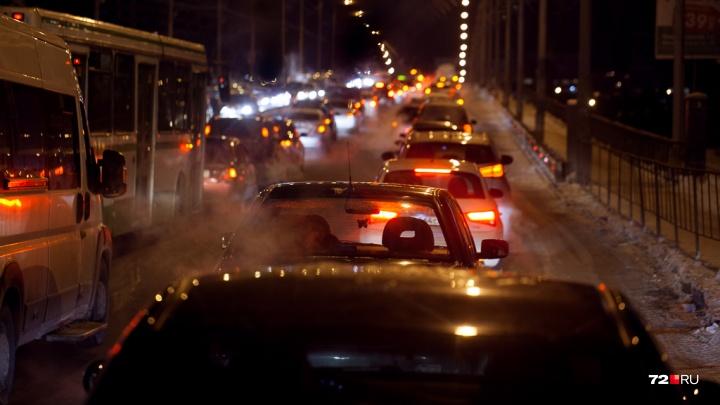 Придется постоять: центр Тюмени и выезды из города сковали километровые пробки