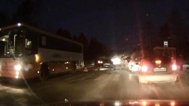 Под Нижним Тагилом после столкновения со встречным Volkswagen перевернулась ГАЗель с рабочими