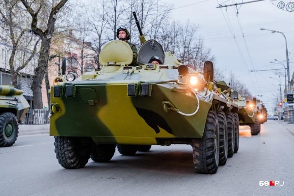 В сумерках по Октябрьской площади проехали боевые машины