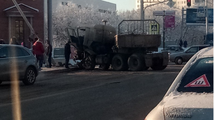 В центре Уфы грузовик протаранил столб