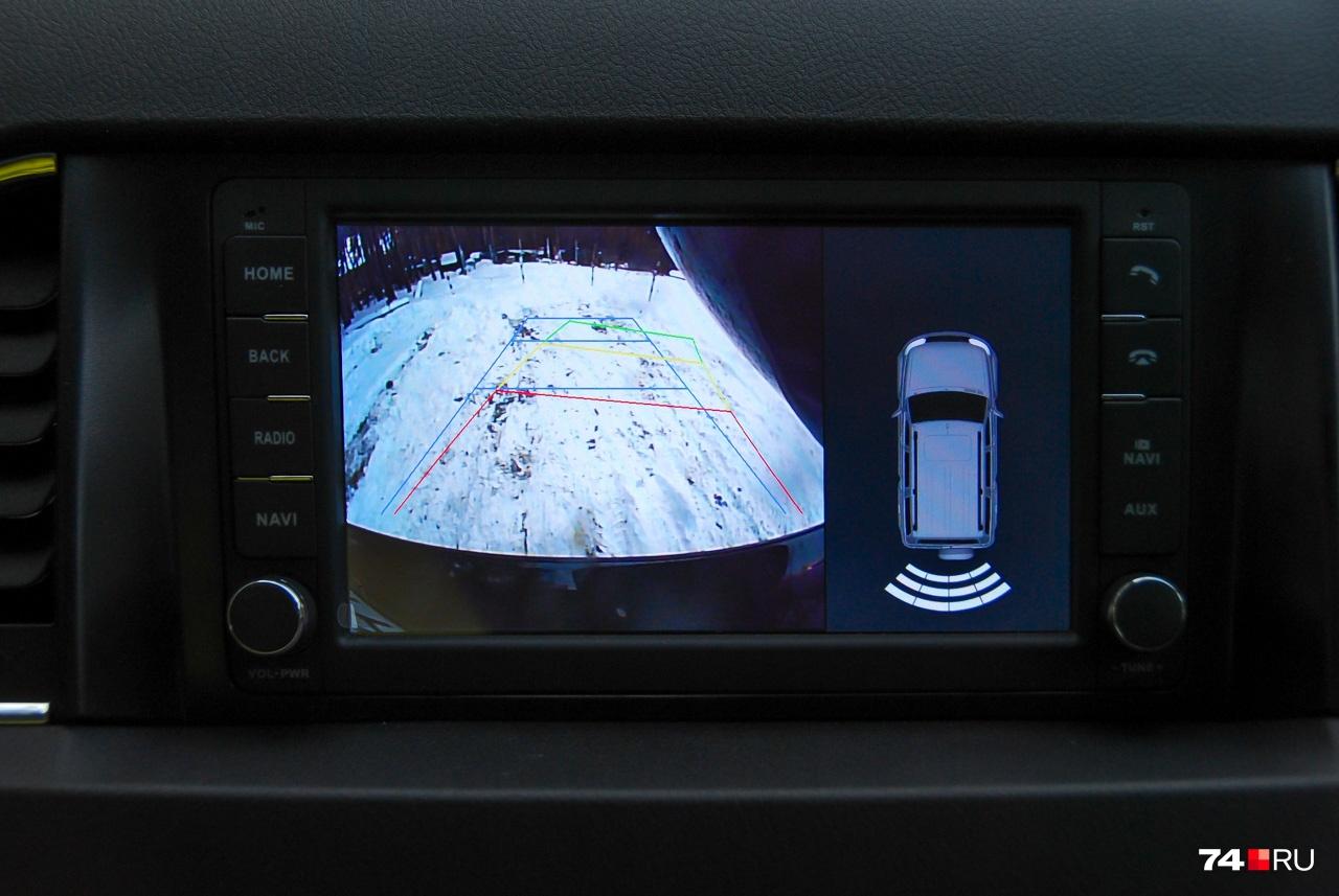Изображение с камеры заднего вида не слишком разборчивое, но есть визуальный и акустический парктроник