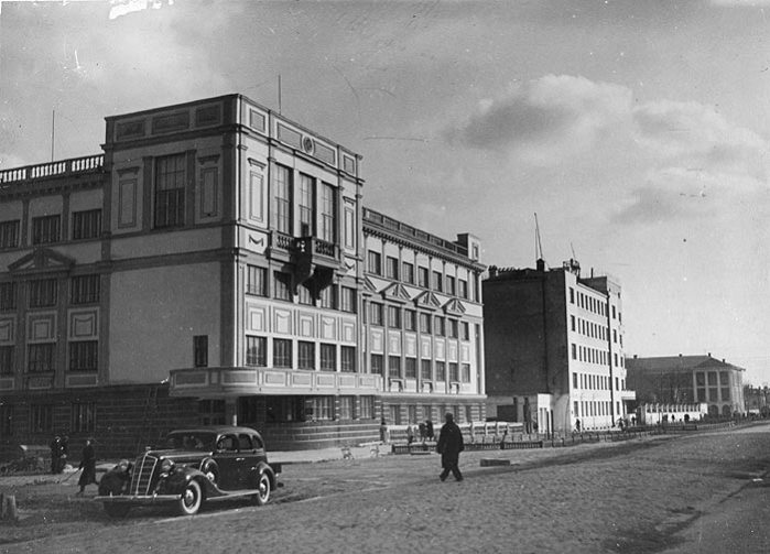 Раньше здание УНИХИМа выглядело так (хотя, признаться честно, шикарный автомобиль переключает внимание на себя)