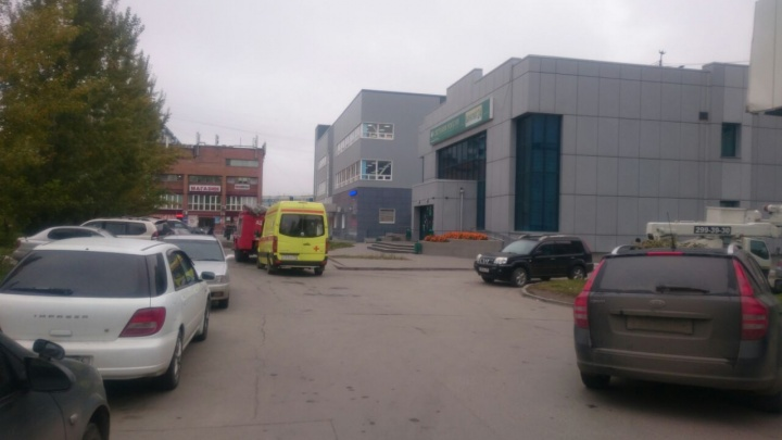 Офис Сбербанка на МЖК окружили пожарные и полицейские