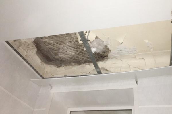 Потолок обрушился прямо на пожилого пациента