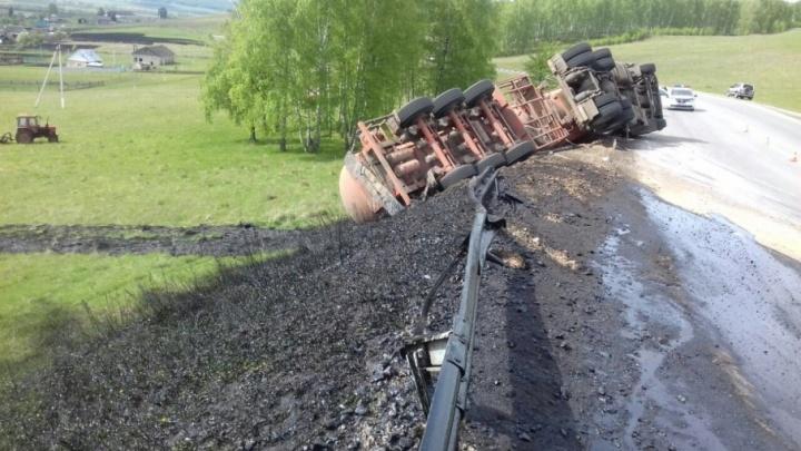 На трассе в Башкирии опрокинулась фура с нефтепродуктом