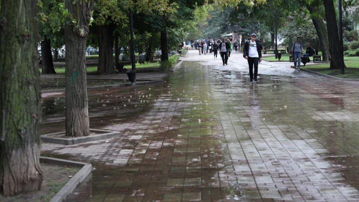 Заливает весь тротуар: жители пожаловались на воду, текущую по Пушкинской