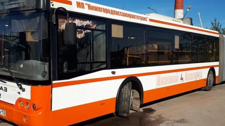 «Езжай, гармонь!»: в Нижнем Новгороде отремонтировали первый из 29 сломанных автобусов-«гармошек»