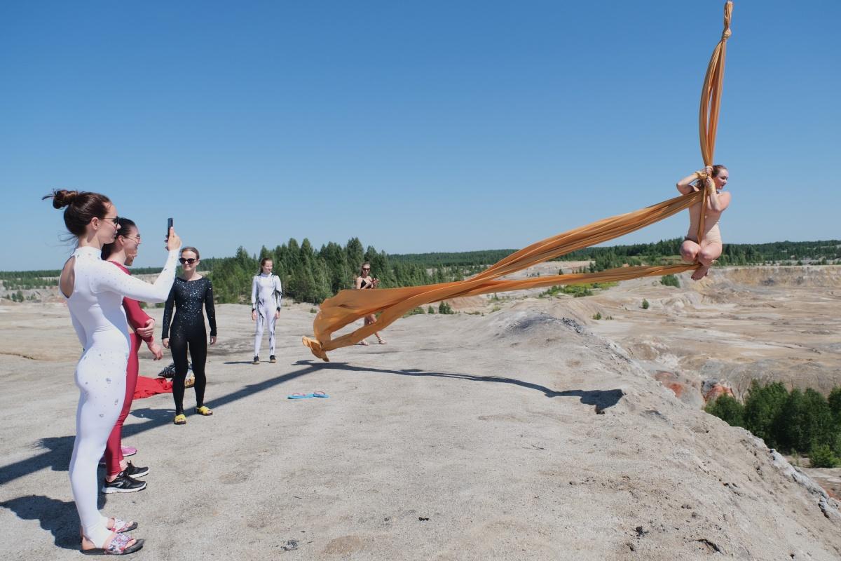 Десять гимнасток из Екатеринбурга загнали кран в пески ради жаркой фотосессии