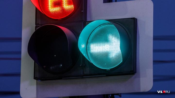 В Дзержинском районе на опасном перекрестке появился светофор со стрелкой