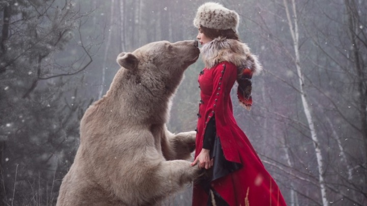 «Даже успела поцеловать егов нос»: екатеринбурженка устроила фотосессию с настоящим медведем