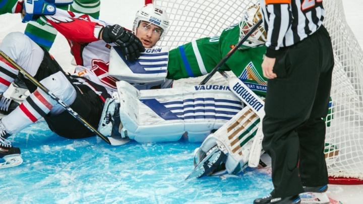 На матче «Салават Юлаев» — «Авангард» хоккеист получил травму