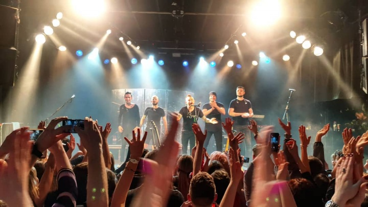 «Пошёл дождь, все пустились в пляс»: как прошел бесплатный концерт группы «Звери» на острове Отдыха