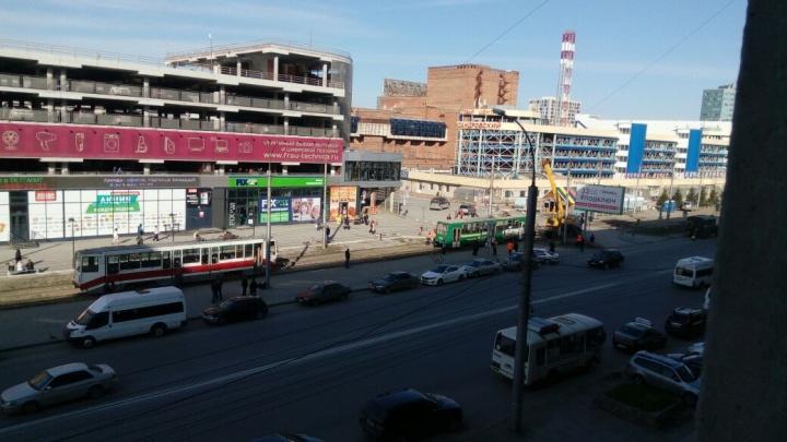 На Маркса встали трамваи: на место приехал кран