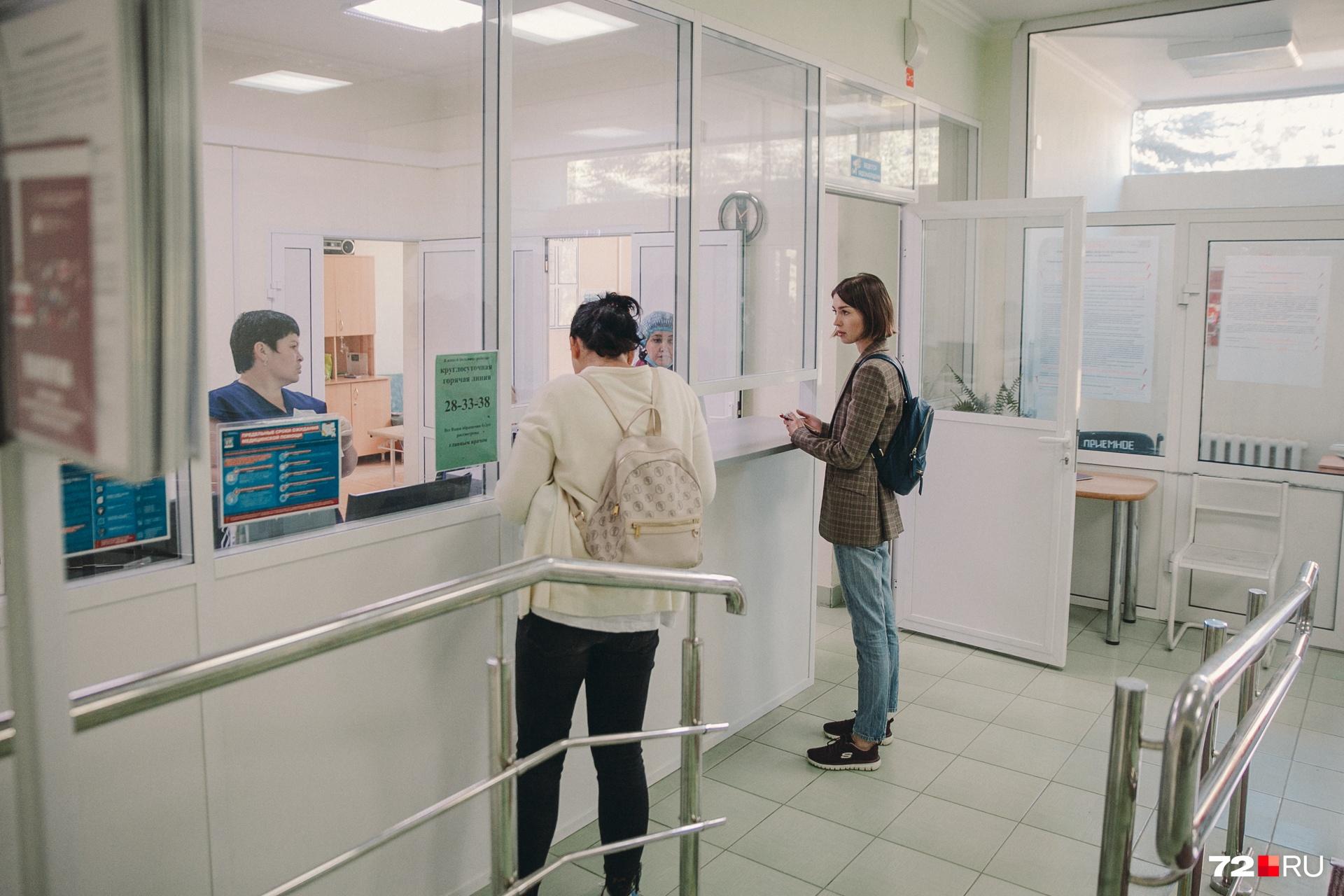 В регистратуре приемного отделения нам подтвердили, что случай с отказом в медпомощи у них действительно был (но не в их смену). Заведующая отделением общаться с журналистами отказалась, отправив к главврачу