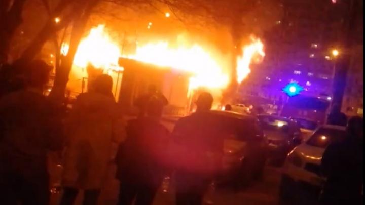 «Магазин превратился в огромный факел»: на Демократической сгорела пивнушка
