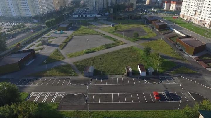 Строят роллердром и маленькие ТЦ: смотрим с высоты на площадку, где раньше стоял Чкаловский рынок