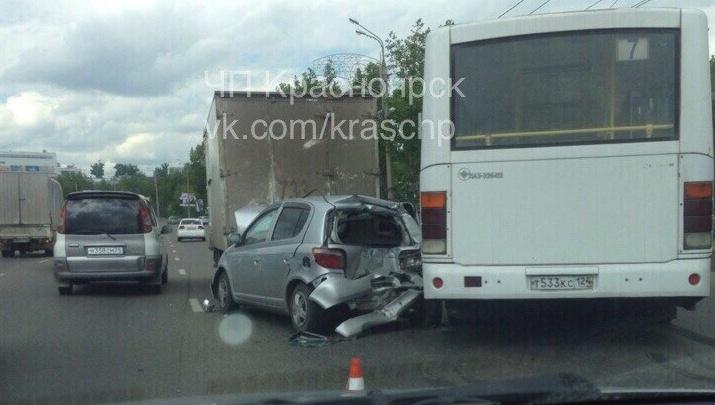 На Октябрьском мосту пока два водителя разбирались, кто виноват в ДТП, в них въехал автобус