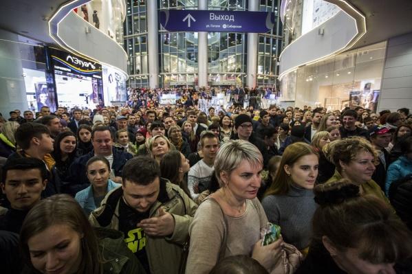 Больше тысячи новосибирцев пришли на розыгрыш главного приза и концерт Юлианны Карауловой