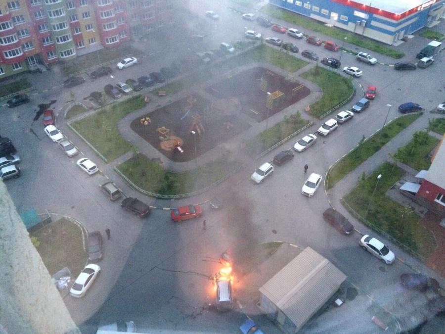 Два автомобиля сгорели вмкрн «Цветы» вНижнем Новгороде ночью 7июня