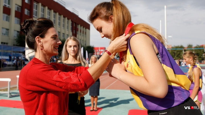 Елена Исинбаева в Волгограде вывела на старт свою дочь и вручила награды лучшим спортсменам России