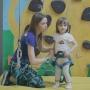 «Умеет бороться»: трёхлетняя челябинка за пару минут взбирается на высоту трёхэтажного дома