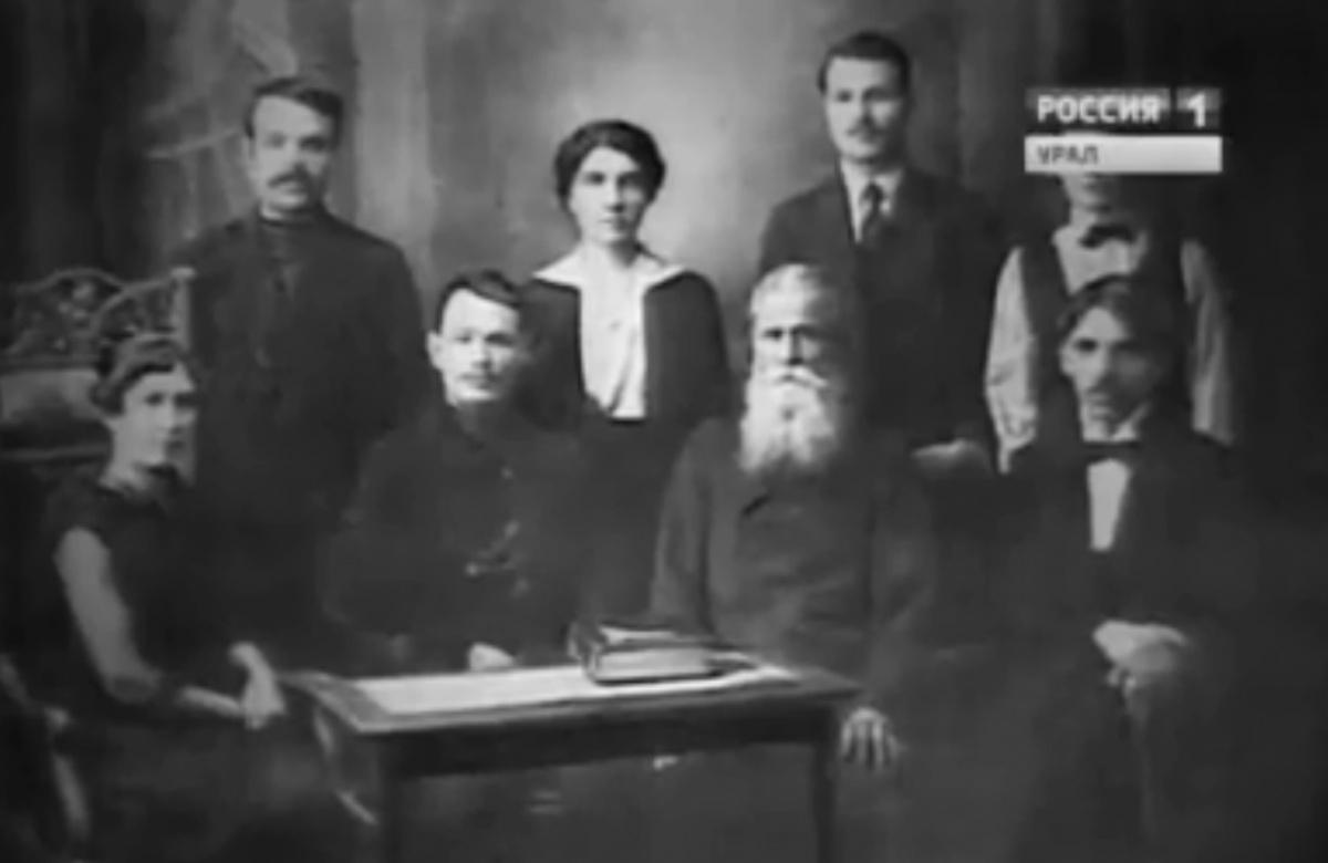 В 1920-е годы началась активная политическая жизнь Анны Бычковой (на фото она посередине)