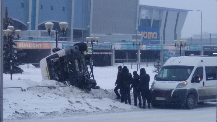 В Челябинске перевернулась маршрутка с людьми