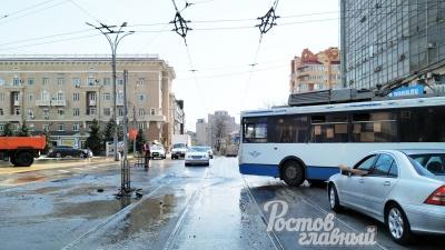 В Ростове в районе Театральной площади на проезжей части прорвало трубу