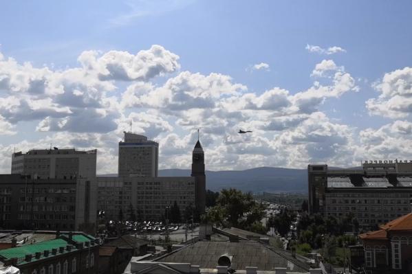 Истребитель пролетел прямо над центром города