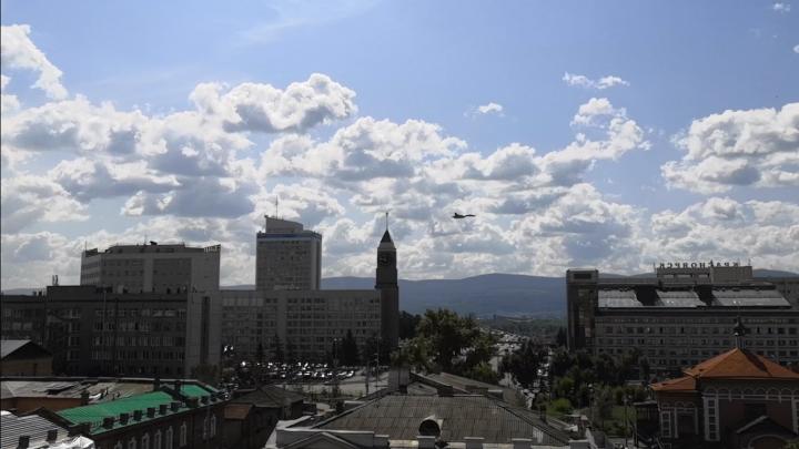 Над центром города с шумом пролетели истребители. Они репетируют авиашоу