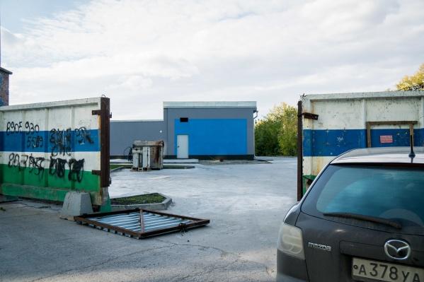 В небольшом здании будут готовить к продаже старые автомобили