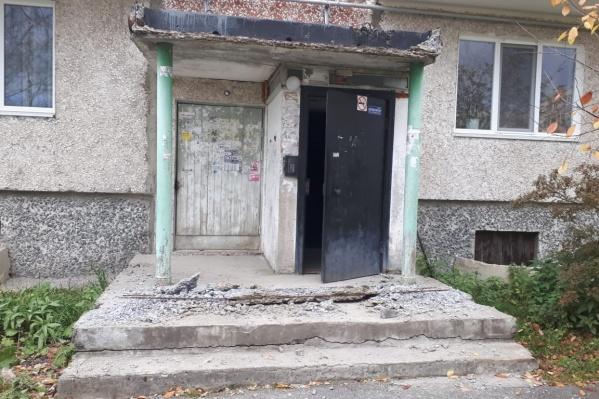 Так выглядит подъезд дома, где рухнул козырек